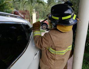 Bomberos rescatan a infante atrapado en un auto en Santiago.